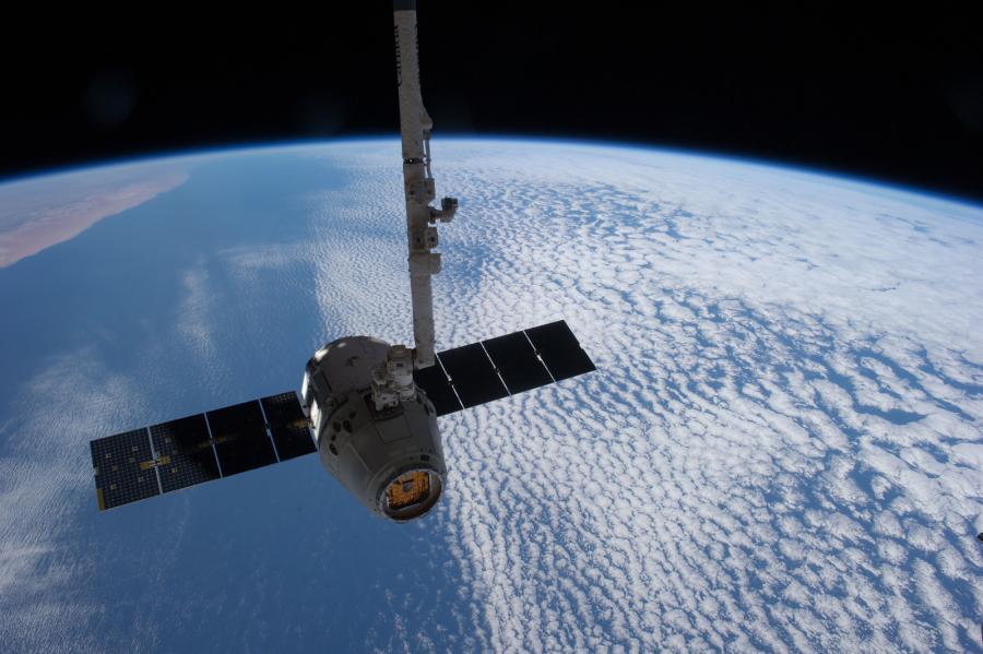 """Το διαστημικό ρομποτικό σκάφος """"Dragon"""" τής Space-X σε τροχιά (photo: courtesy of NASA)"""