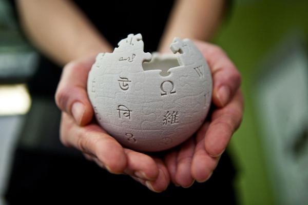 Η μίνι σφαίρα της Wikipedia. Photographed by Lane Hartwell (http://fetching.net/) on behalf of the Wikimedia Foundation