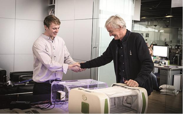 Ο Roberts κάνει επίδειξη της φουσκωτής θερμοκοιτίδας του στον Σερ James Dyson (photo: Telegraph.co.uk)