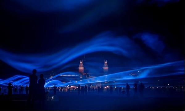 """Το πρότζεκτ Waterlicht του Daan Roosegaarde """"πλημμυρίζει"""" την Πλατεία Μουσείου στο Αμστερνταμ με φως Πηγή φωτογραφίας: Rex/Shutterstock, The Guardian"""
